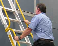 The 600 mm step width provides comfortable access, and two hand rails are included for safe and easy climbing.